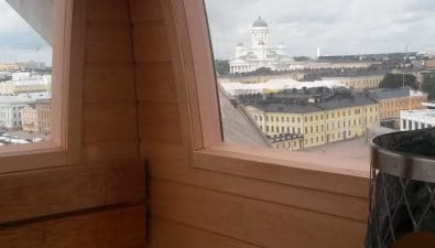 Maailmanpyörässä voi ottaa löylyt Helsingin Tuomiokirkon sihulettia katsellen.