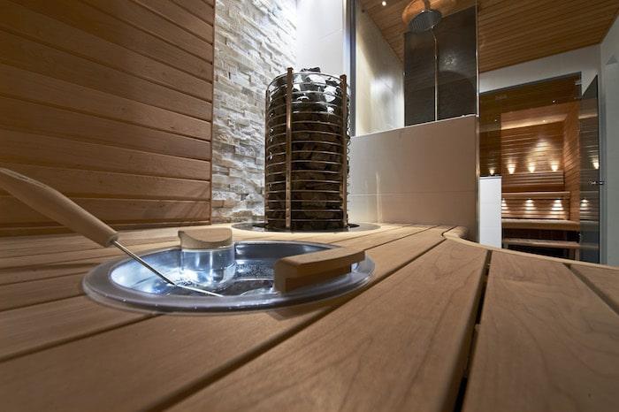 Monipuolinen valaistus takaa viihtyisän saunomisympäristön.