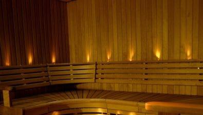 Kattoon asennettavat saunan kuituvalot ovat olennainen osa valaistuksen suunnittelua.