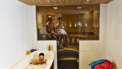 Lasiseinä lisää turvallisuutta lapsiperheen saunassa.